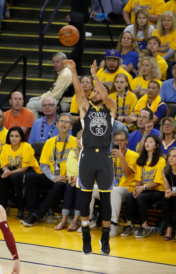 9259291c9df Golden State Warriors  Stephen Curry (30) scores a 3-point basket against