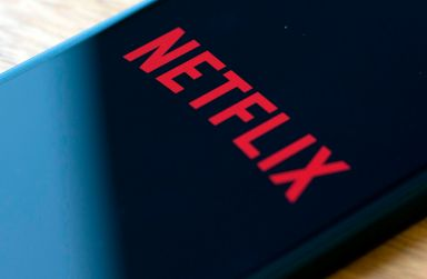 Netflix reports 4Q profit of $587 million