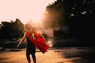 enfant cape confiance en soi éducation bienveillante construction image de soi se sentir confiant