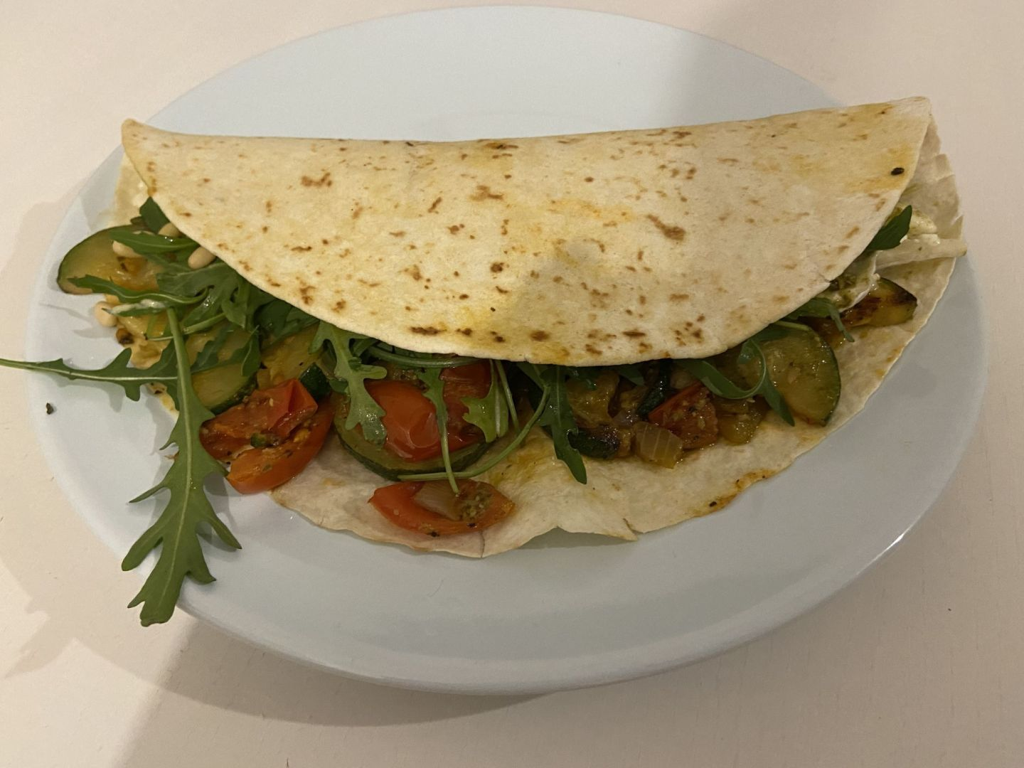 Recipe – Vegetarian wraps with pesto, zucchini, 2 cheeses and tomato