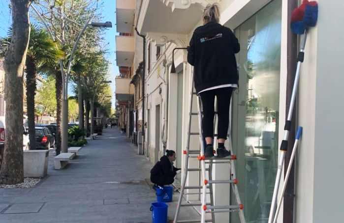 Pulizia vetrate negozio Civitanova Marche-2
