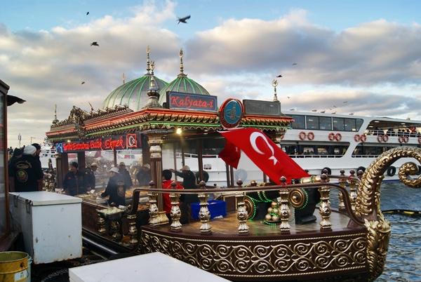 bocadillos de pescado en Estambul