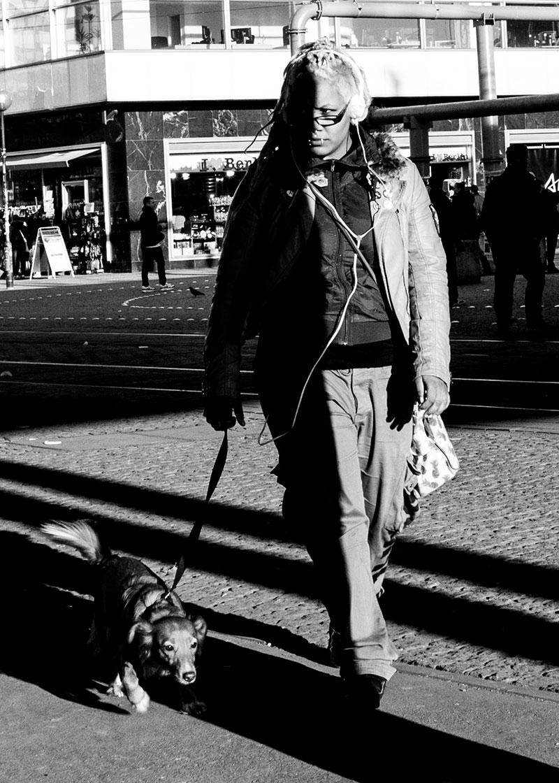 kvinna-hund-svart-vit