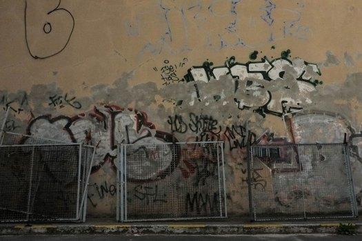 Staket-och-sliten-vägg-(1-av-1)