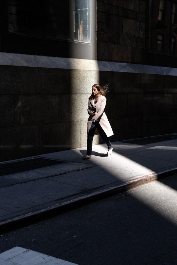 Kvinna i solglimt