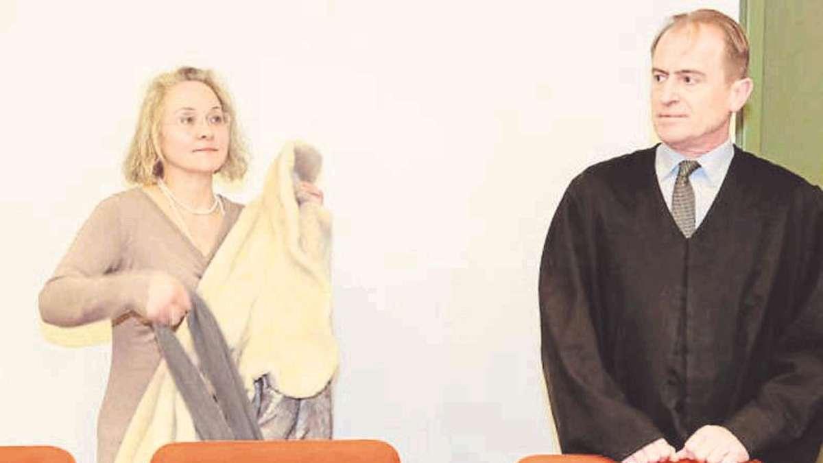 Die rechtsextreme Anwältin Sylvia Stolz aus Ebersberg mit ihrem Anwalt am Mittwoch vor dem Landgericht in München. Foto: Kruse