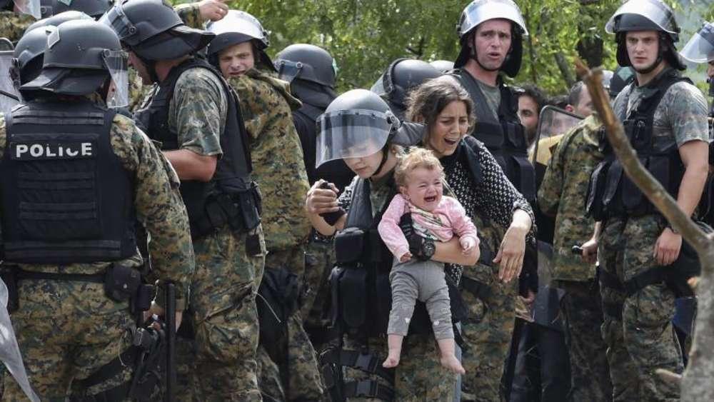 Mit aller Härte gehen mazedonische Grenzschützer gegen Flüchtlinge vor. Foto: Georgi Licovski