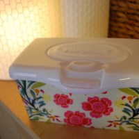 Custom fabric-covered Huggies baby wipes popup tub container {free pattern} | Free clever craft ideas, sewing patterns, templates and printables || Merriment Design