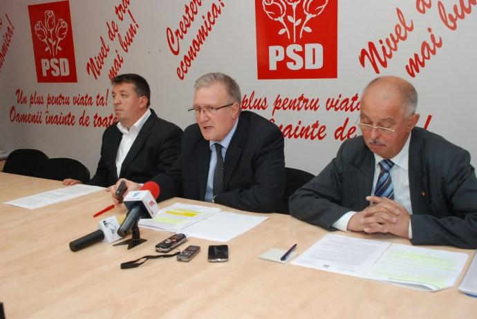 Ioan Cindrea, președintele PSD Sibiu (centru), alături de Constantin Sofrone, președintele PC Sibiu, și Florin Staicu, vicepreședintele UNPR Sibiu
