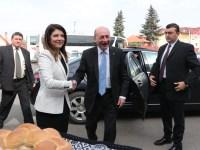 Traian Băsescu, întâmpinat de avocata Diana Simona Popa, președintele organizației județene PMP Sibiu | foto: Mihai Colibaba