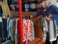 """""""Magazin gratis"""" la Crucea Roșie Sibiu! 40 de sibieni au luat îmbrăcăminte, lenjerie sau jucării donate de cei cu dare de mână"""