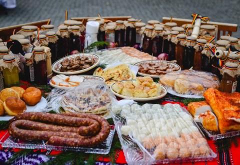Aperitive cu păstrăv afumat şi brânză de Sibiu, la standul Sibiului – Regiune Gastronomică Europeană 2019 de la Târgul de Turism al României