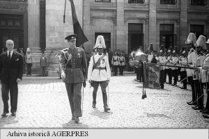 Regele Mihai, trecând în revistă garda de onoare la Palatul Parlamentului, în stânga — prim-ministrul Petru Groza; anul 1945