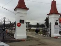 Poarta principală a Cimitirului Municipal, reconfigurată.Ieșirea se face pe două benzi