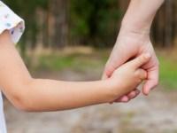 Guvernul majorează vârsta copilului până la care părintele beneficiază de concediu medical