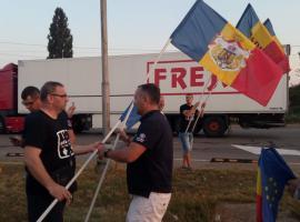 Românii din Diaspora, întâmpinaţi de zeci de orădeni în Vama Borş cu mesaje anti-PSD