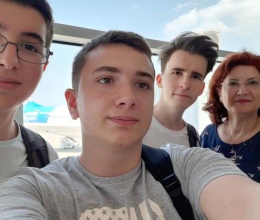 Trei liceeni din Sibiu și robotul lor pompier participă la Olimpiada Geniilor din SUA