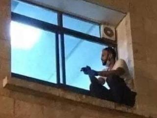 Un tânăr n-a vrut să-și lase mama să moară singură în spital și s-a cățărat zilnic două etaje până la fereastra ei