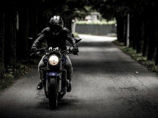 Pe drumurile publice, fără permis și cu motocicletă neînmatriculată