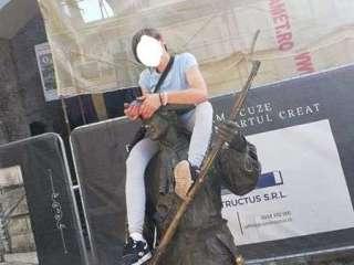 A făcut Sibiul de rușine! Tânără amendată după ce s-a urcat pe mai multe statui pentru a-și face poze
