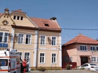 ALERTĂ! Un bărbat amenință că se aruncă de pe acoperișul primăriei Nocrich. Are 9 copii!