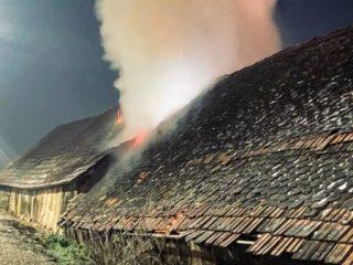FOTO: Șură în flăcări în localitatea Chirpăr, din cauza unei țigări aruncate la întâmplare