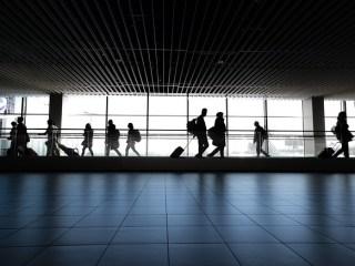 Copiii care călătoresc cu părinții vaccinați în țări cu incidență ridicată vor sta în carantină la întoarcere