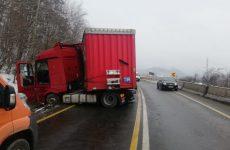 Atenție șoferi! Un TIR derapat blochează o bandă a DN7, la intrarea în Tălmaciu dinspre Vâlcea – FOTO