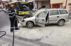 FOTO: O mașină a luat foc după o coliziune