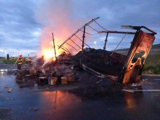 FOTO: Camion făcut scrum pe A1 Sebeș – Sibiu. De la ce a pornit incendiul