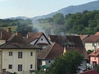 FOTO: Mansarda unei case din localitatea Cisnădie în pericol din cauza unui aparat electrocasnic