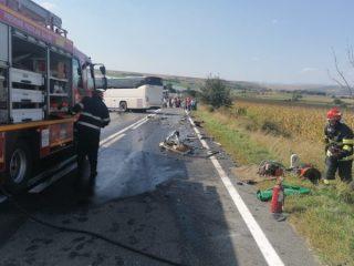 FOTO: Dezastru pe DN1. Coliziune între o mașină și un autocar cu 20 de oameni. Victimă încarcerată
