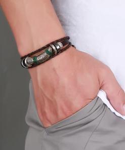 bracelet poisson cordre tressee porte par un homme main gauche dans la poche