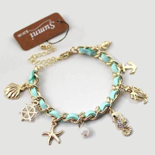 Bracelet série de coquillages et mer vue d ensemble