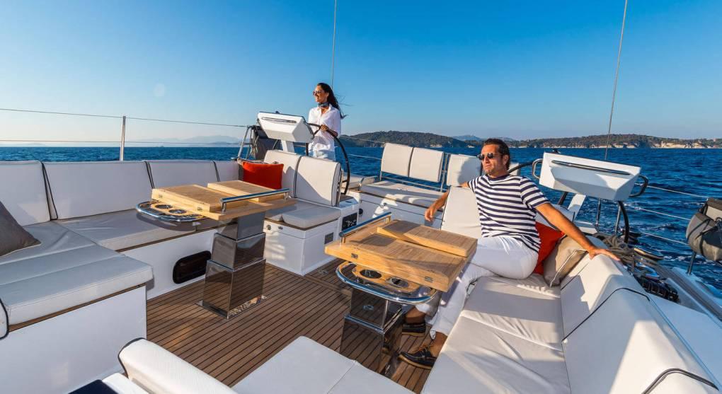 exterieur-carre-oceanis-yacht-62-beneteau-mesailor