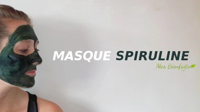 """Mujer de perfil con máscara de espirulina azul verdosa en la cara.  Ella mira el texto """"Mascarilla de espirulina"""" inscrito junto a él."""