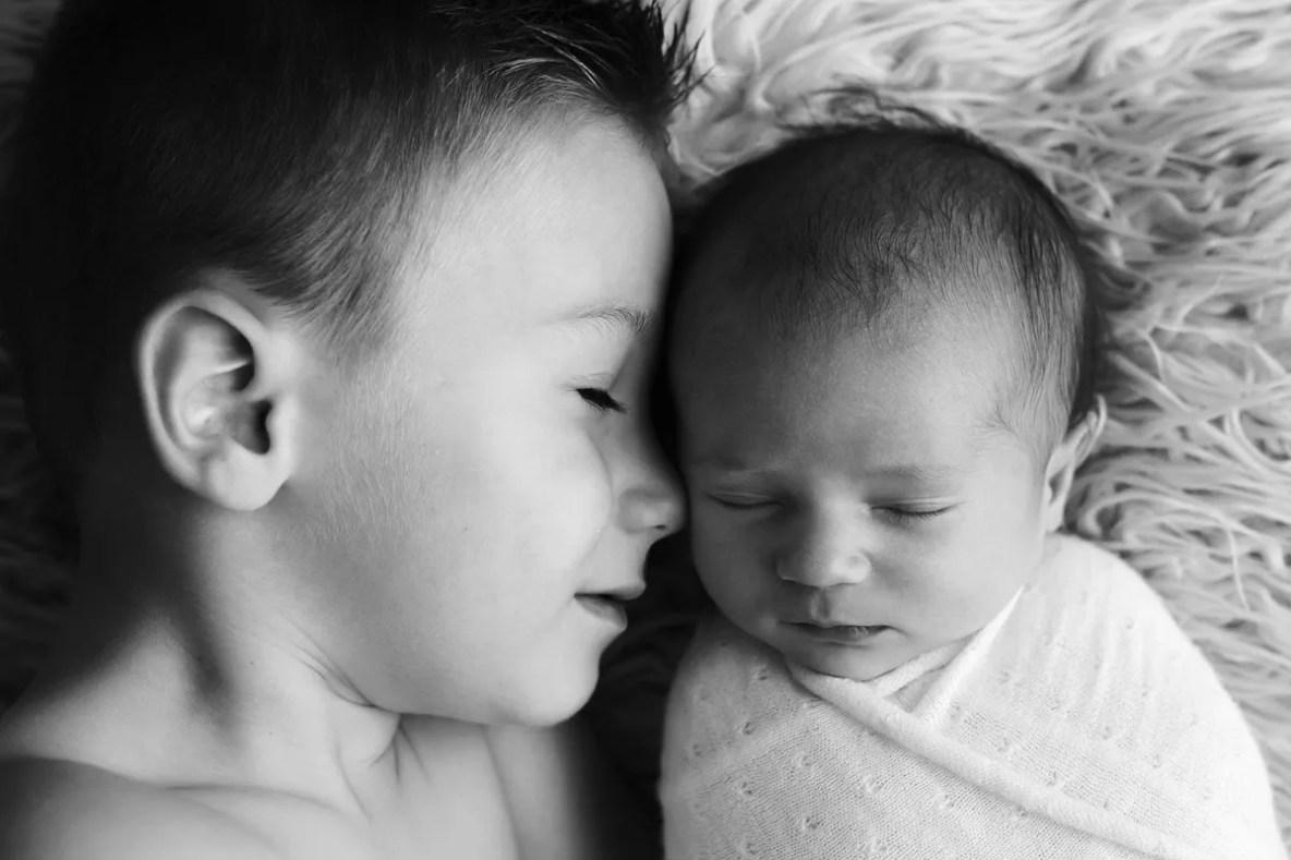 photo nouveau-né frère soeur câlin