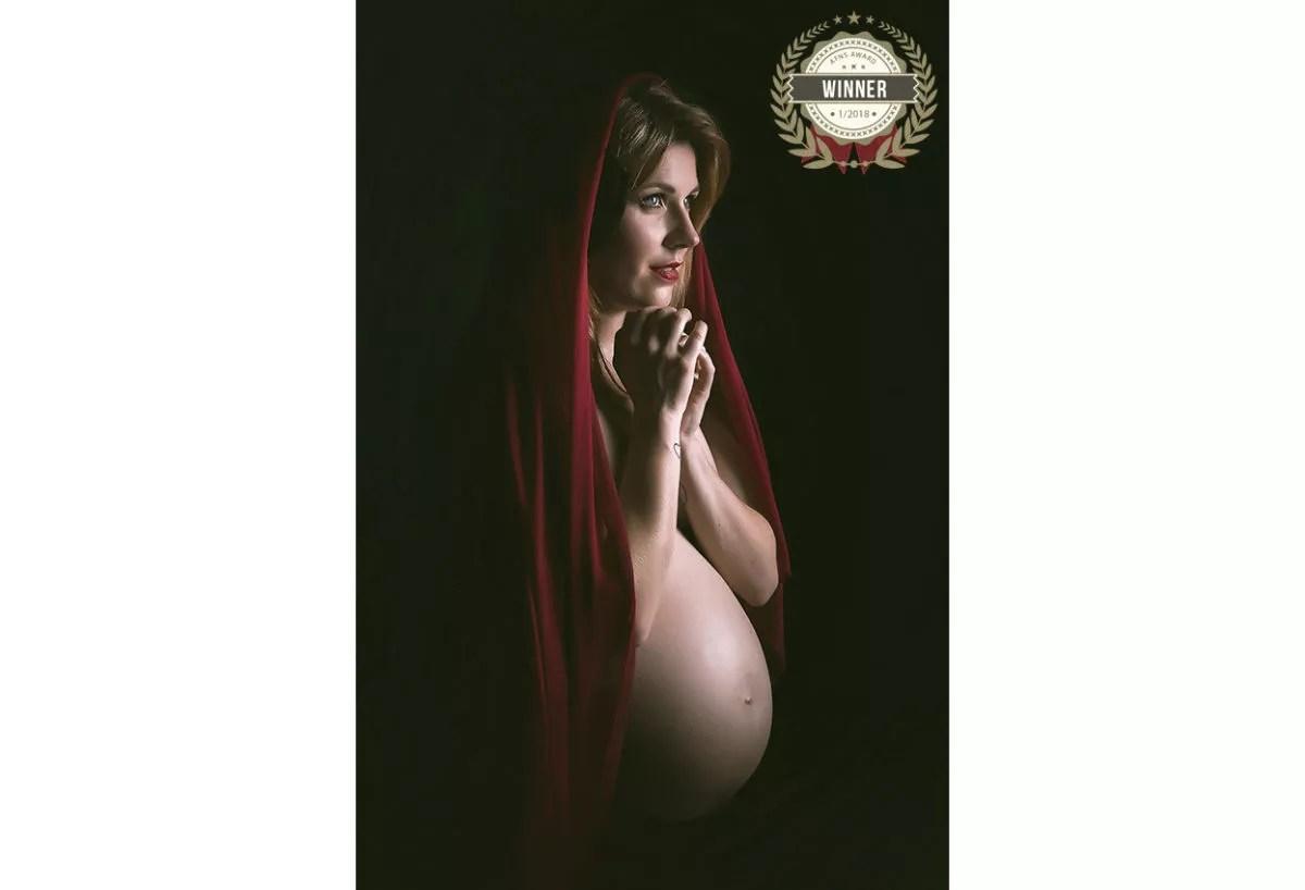photo femme enceinte voile rouge pose mystique gagnante AFNS AWARD