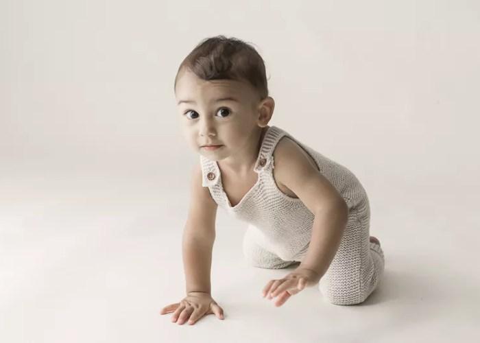 séance photo bébé 7 mois quatre pattes