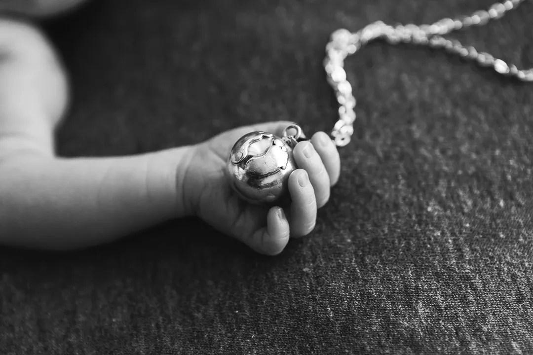 bola dans main nouveau-né