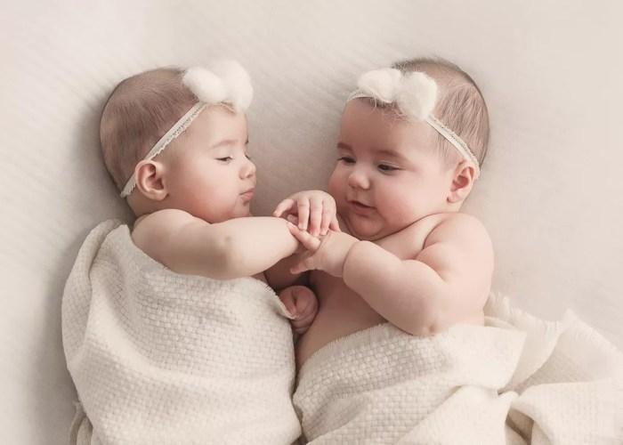 portrait complice jumelles de 5 mois photographe spécialiste photo de bébé en ile de france