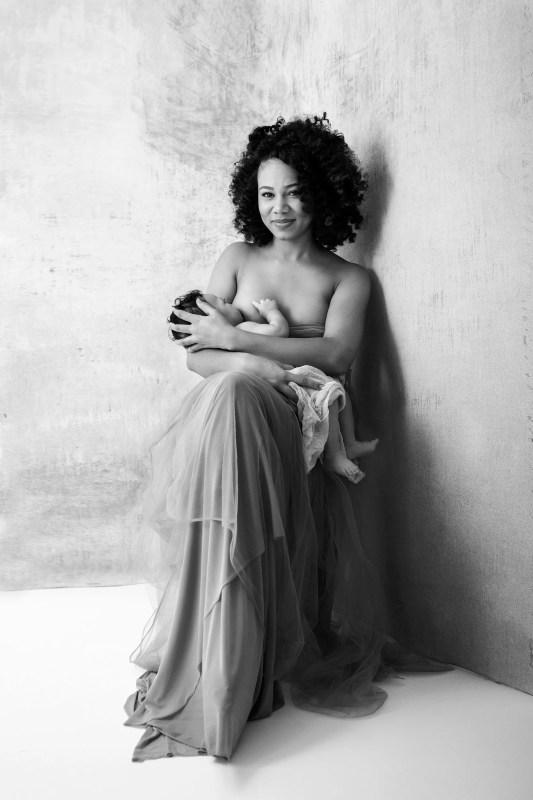 photo allaitement artistique en noir et blanc photographe proche paris