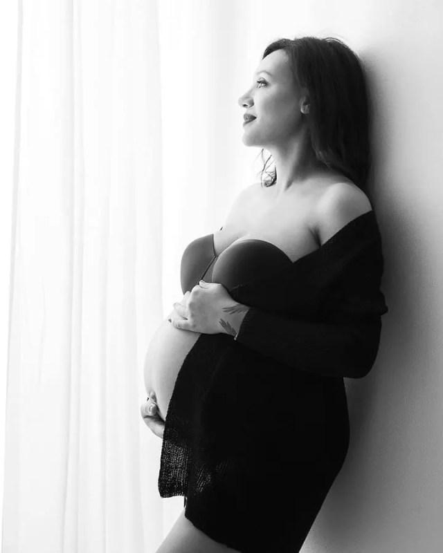 portrait de grossesse en noir et blanc avec gilet oversize mode cocooning