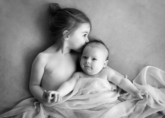 photo noir et blanc bisou frere et soeur ambiance naturelle