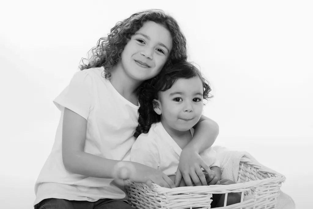portrait frère et soeur en noir et blanc