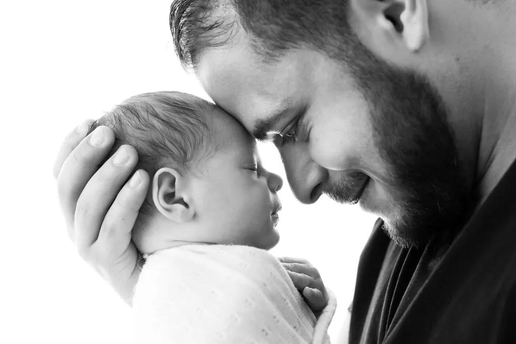 portrait bébé et papa en noir et blanc