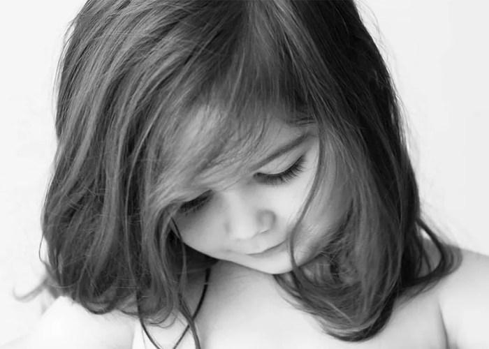 portrait petite fille pensive en noir et blanc