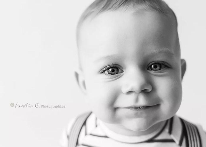portrait bébé souriant en noir et blanc