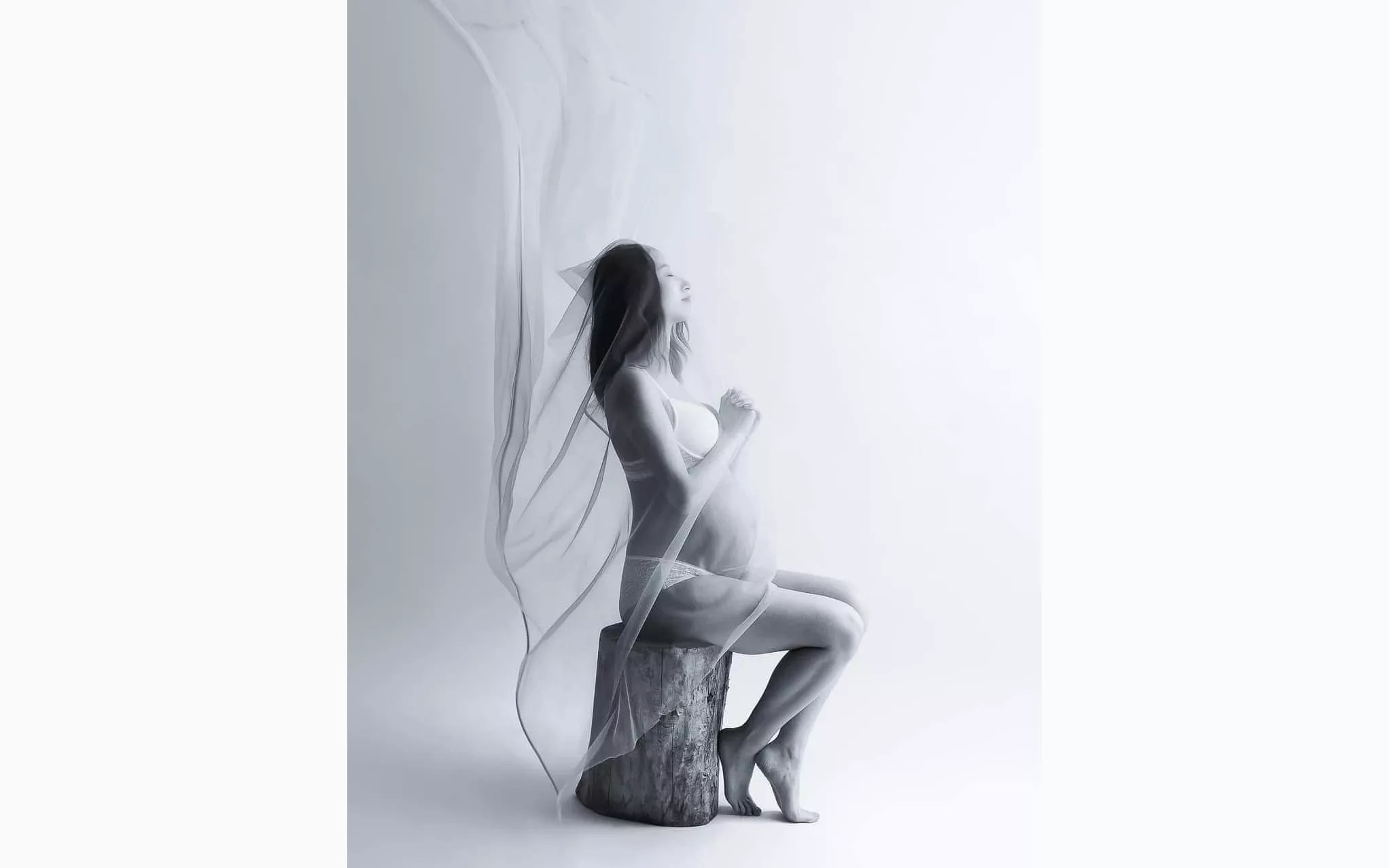 portrait grossesse artistique avec voilage transparent qui vole