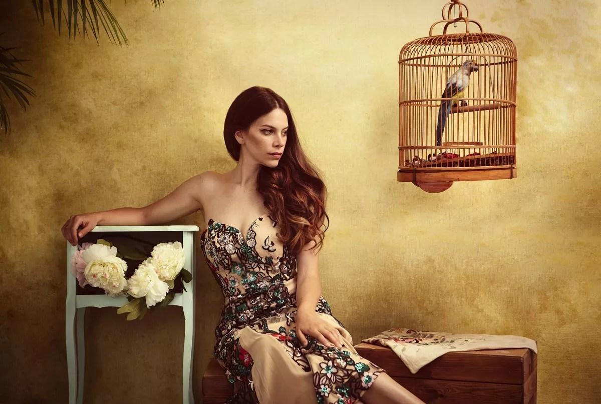 séance photo mode artistique thème havane coloré avec oiseau dans cage
